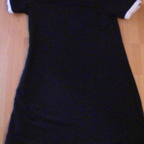 troc de  Robe noire à col blanc, sur mytroc