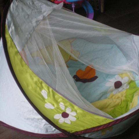 troc petit nid douillet pour b b dans le jardin. Black Bedroom Furniture Sets. Home Design Ideas