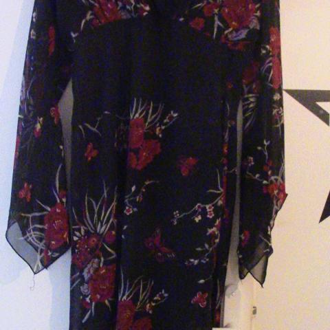 troc de  Robe noire fleurie, sur mytroc
