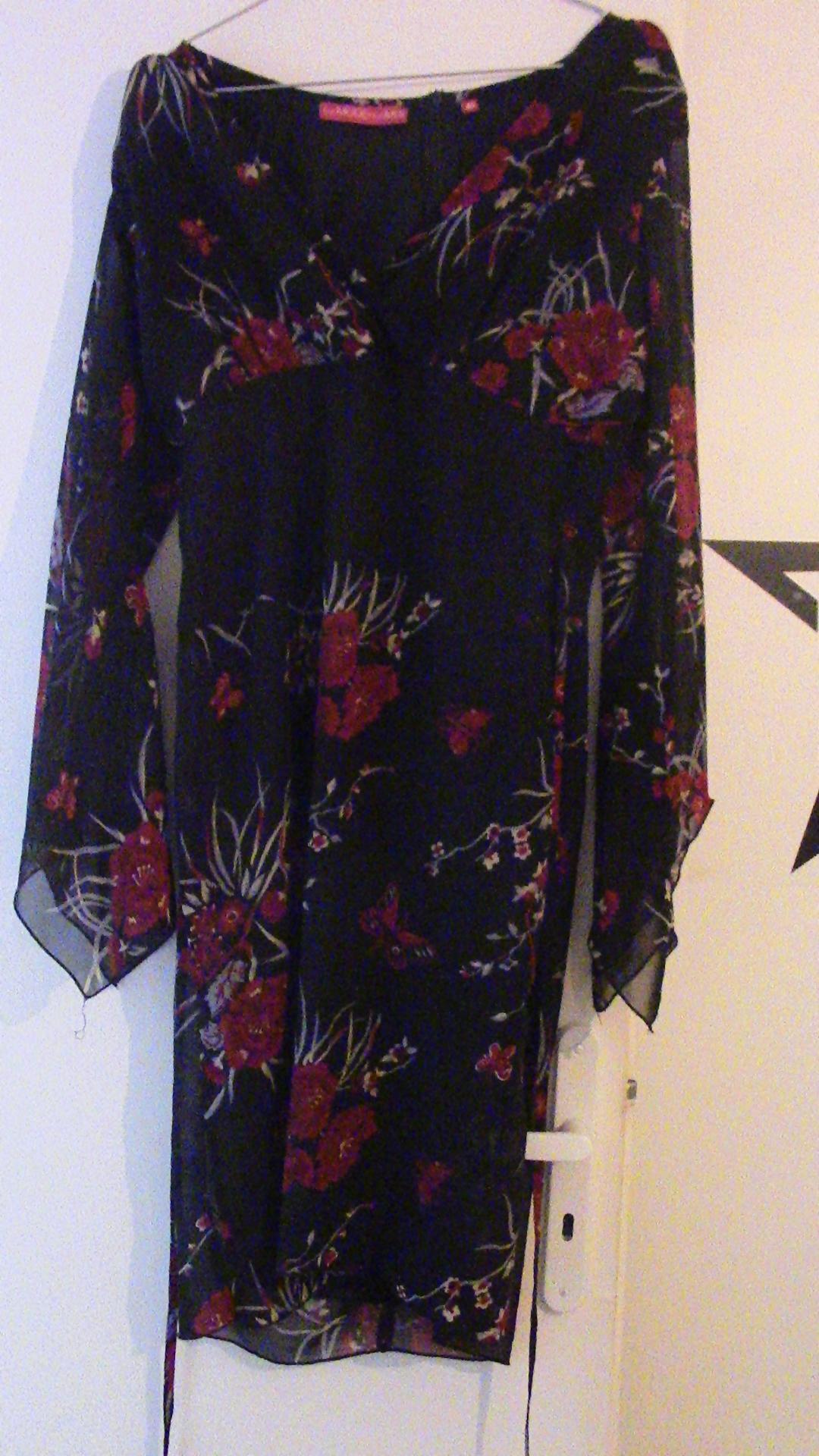 troc de troc robe noire fleurie image 0